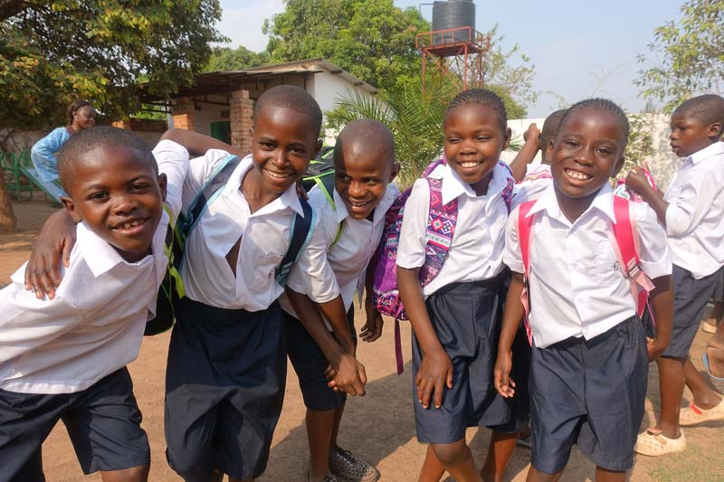 Les enfants de Bumi sont fiers de retourner à l'école avec leurs nouveaux cartables