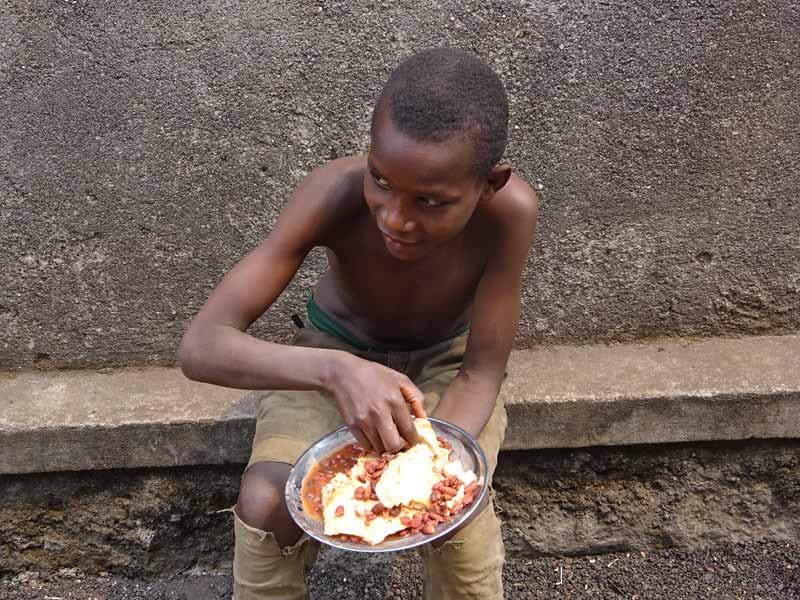 Au Point d'Ecoute, le repas d'un enfant des rues de Gisenyi au RWanda
