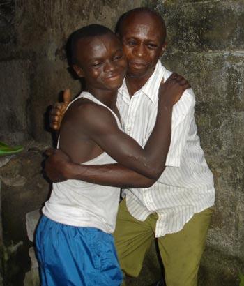 Réunification familiale d'un enfant des rues de Kinshasa chez son père
