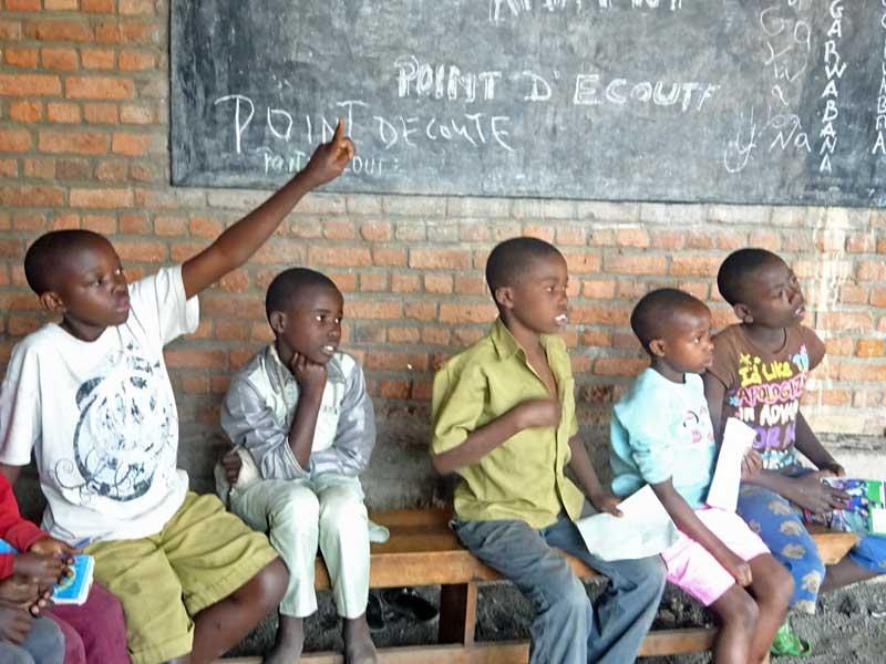 Séance de soutien scolaire pour les enfants vulnérables du Point d'Ecoute au Rwanda