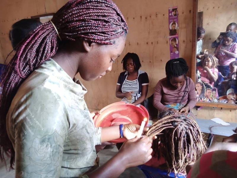 Tressage de cheveux, confection de tresses africaines