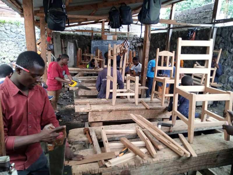 Les apprentis menuisiers de Goma apprennent à fabriquer des chaises.