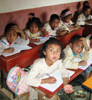 Les enfants en classe à l'école Akany Aina de Madagascar