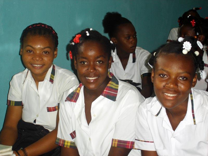 Collégiennes en classe à l'école St Alphonse de Cité Soleil en Haïti