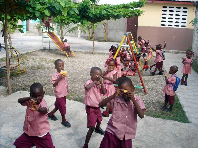 Cour de récréation de l'école maternelle St Alphonse de Cité Soleil en Haïti