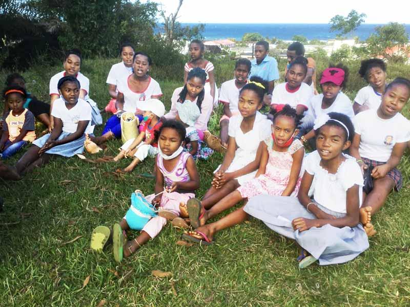 Un moment de détente pour les orphelines d'Antalaha