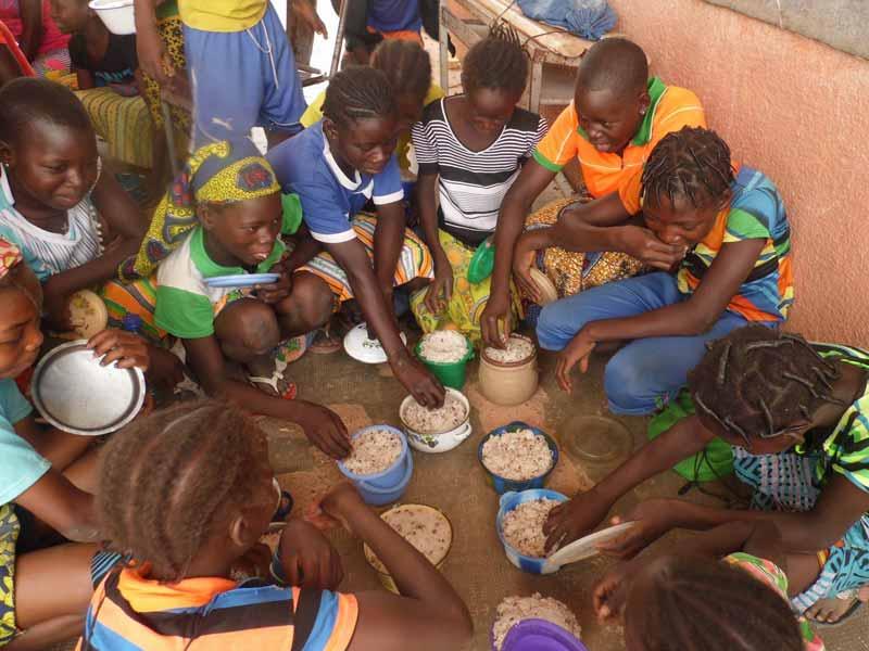 Repas des enfants dans le cadre de la cantine scolaire endogène de Douré au Burkina Faso.