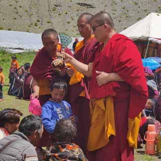 Le Lama Tharche Khen Rimpoché bénit un enfant de la Siddartha Kula Mountain School dans le Haut Dolpo au Népal