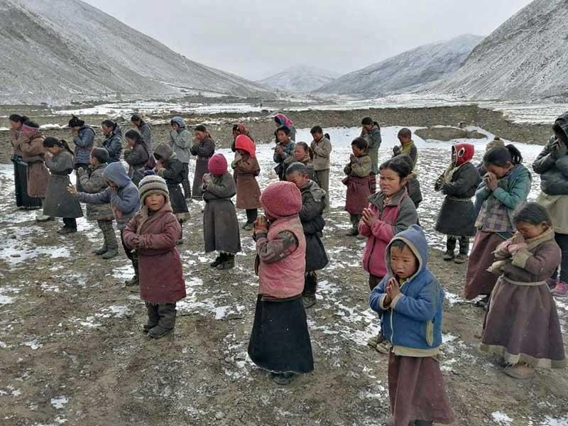 Méditation des enfants de l'école de Ting Kyu dans le Haut Dolpo au Népal avant d'entrer en classe