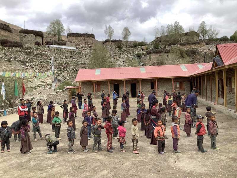 Les élèves dans la cour de l'école de Shimengaon dans le Haut Dolpo au Népal