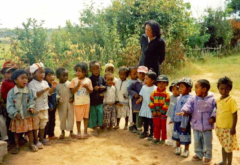 Classe préscolaire 2003 du centre Akany Aina tenue en plein  air pour manque de place