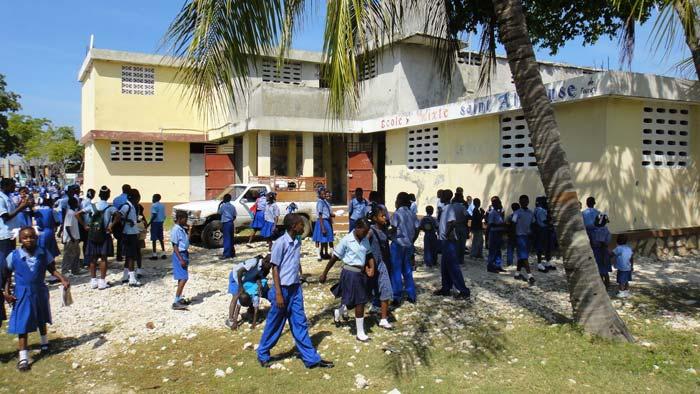 Les enfants dans la cour de récréation de l'école St Alphonse de Fourgy en Haïti