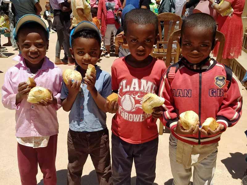 Distribution de boules de pain et de gâteaux aux enfants de l'école Akany Aïna à Madagascar