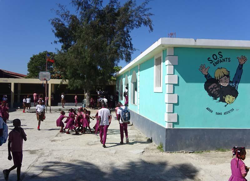 La cour de récréation de l'école St Alphonse du bidonville de Cité Soleil en Haïti