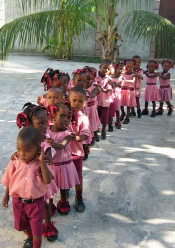 Les élèves de l'école maternelle de Cité Soleil en Haïti