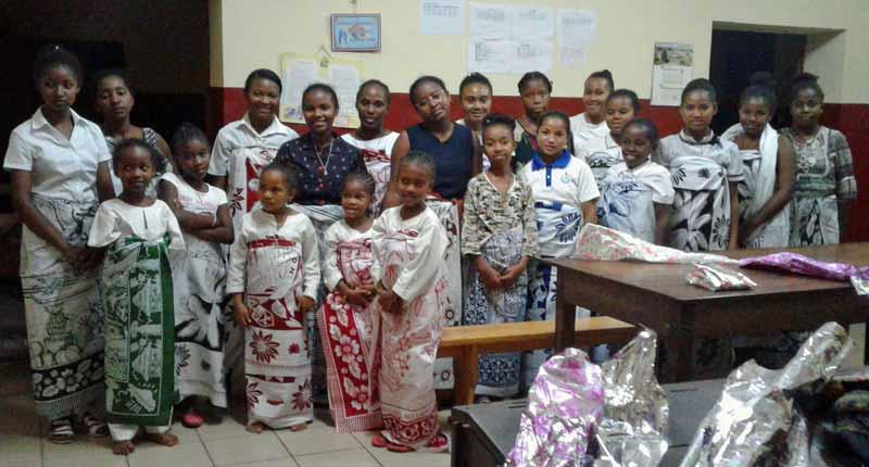 Les orphelines de Majunga portent le lamba, vêtement traditionnel à Madagascar