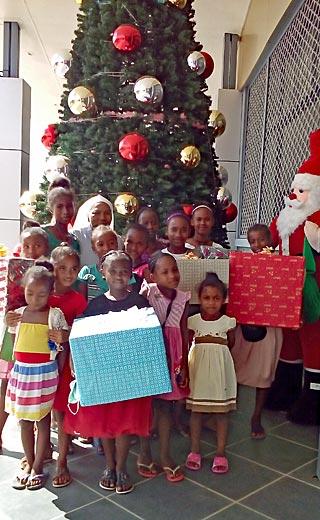 A Madagascar, les orphelines de Sambava reçoivent leurs cadeaux de Noël