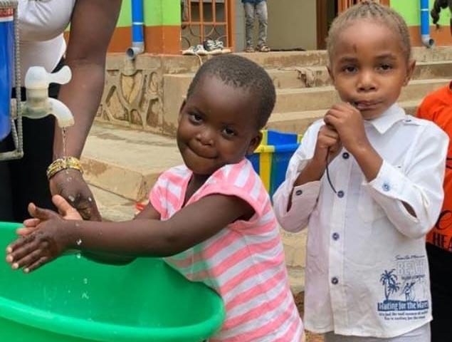 Lavage des mains : un geste barrière pour la protection des enfants contre le coronavirus en RDC