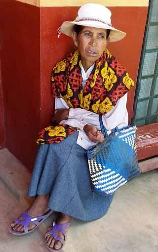 Dans ses plus beaux vêtements, la maman d'un élève de l'école Akany Aina à Madagascar