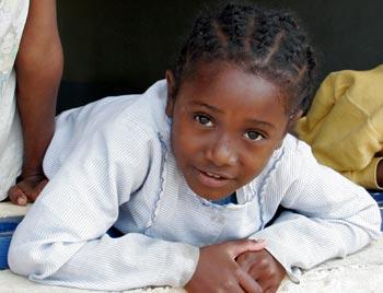 Jeune orpheline de l'orphelinat des Filles de Marie sur l'Ile Ste Marie à Madagascar