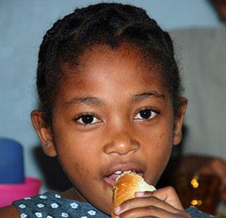 un morceau de pain en guise de repas pour cette enfant malgache