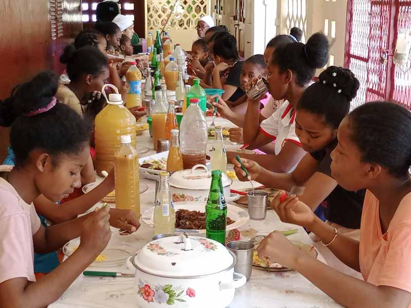 Repas de Noël pour les orphelines de Majunga à Madagascar