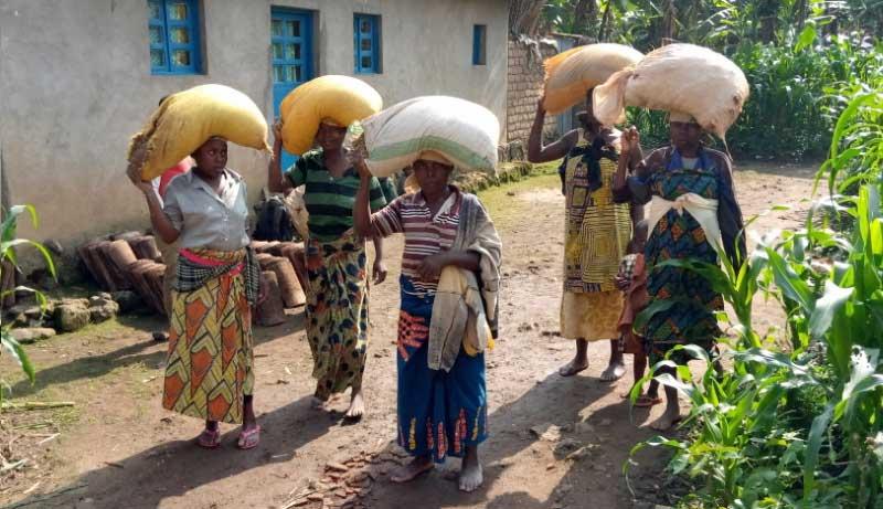 Au Rwanda, les femmes pauvres gagnent un peu d'argent en transportant des sacs de sable sur leur tête.