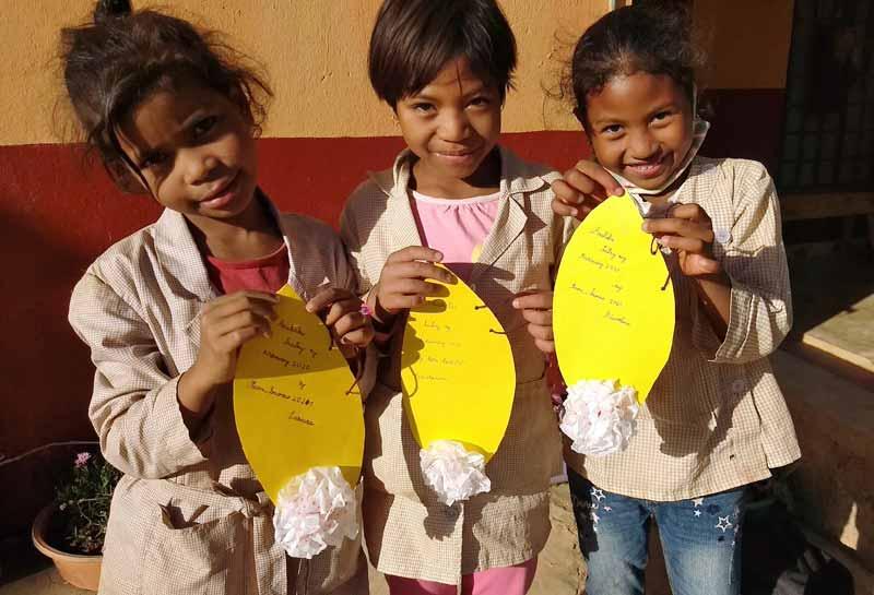 Voeux de Bonne Année et Joyeux Noël des enfants d'Akany Aïna pour leurs parents à Madagascar