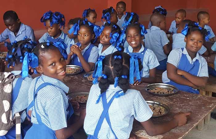Repas des élèves à la cantine scolaire de l'école de Fourgy en Haïti