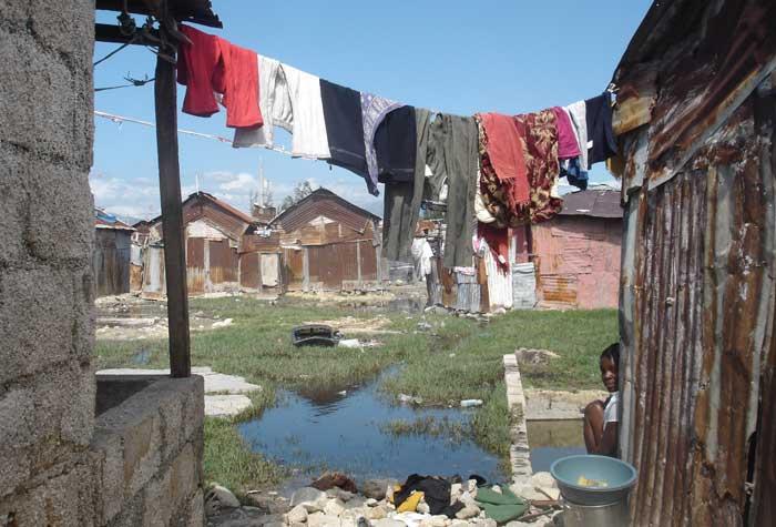 habitations du bidonville de cité soleil en haiti