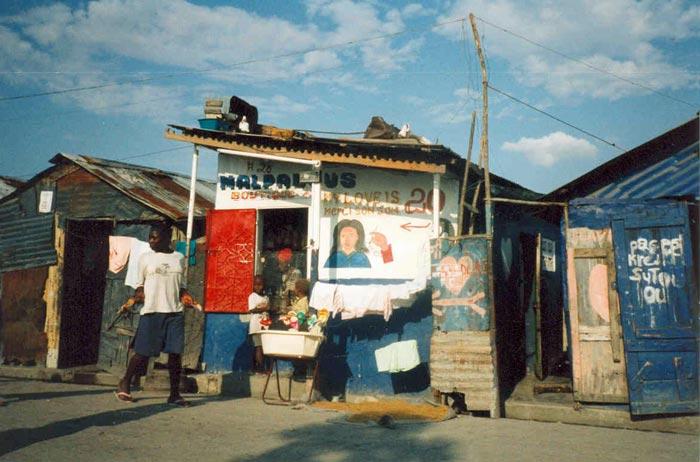 Petit commerce dans une rue de Cité Soleil en Haïti