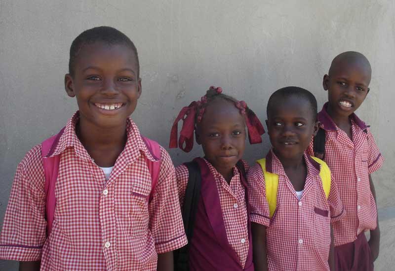 Elèves de l'école primaire St Alphonse de Cité Soleil en Haïti