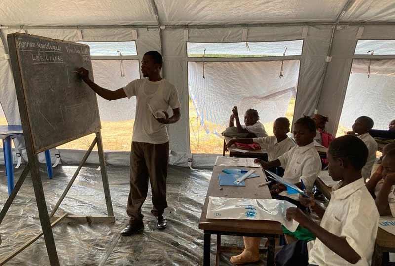 Ecole sous une tente de l'UNICEF pour les enfants de Bumi en RD Congo
