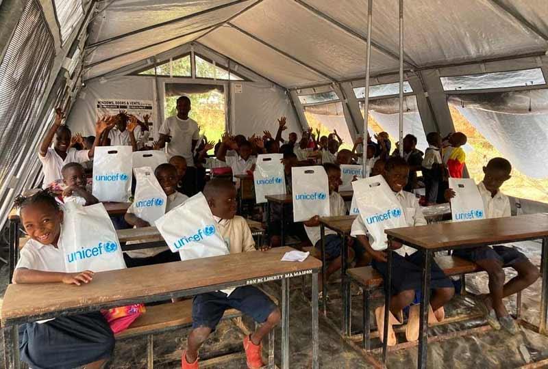 """Les élèves de Bumi en classe dans une tente offerte par l""""UNICEF"""