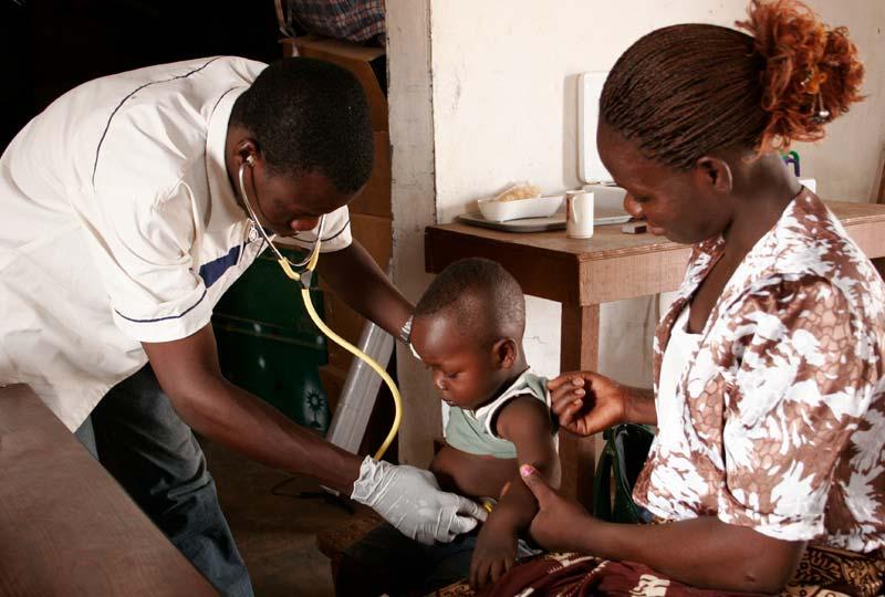 Examen clinique d'un enfant lors d'une consultation médicale eu cente de santé primaire de Guiè au Burkina Faso