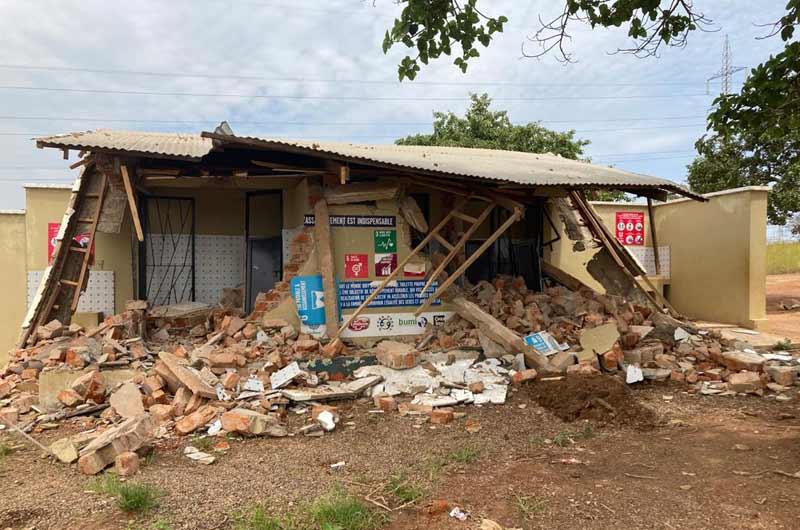 Destruction sauvage du bloc sanitaire de l'école Bumi de Karavia en RD Congo