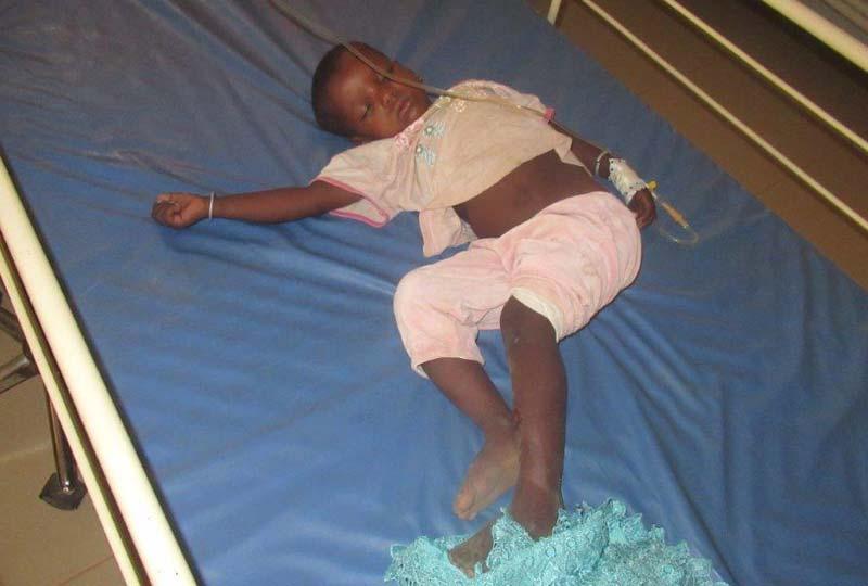 Enfant malade soigné au centre de santé de Guiè au Burkina Faso