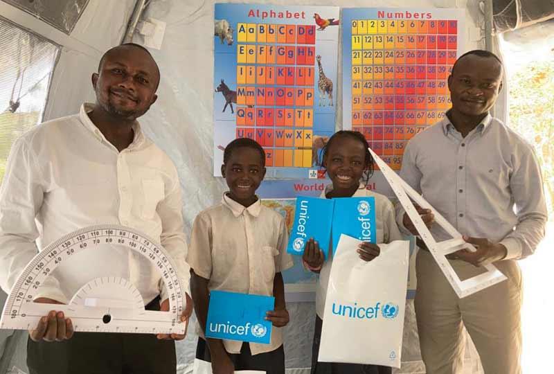 Kits de matériel scolaire offert par L4UNICEG RD Congo après la destruction de l'école Bumi de Karavia