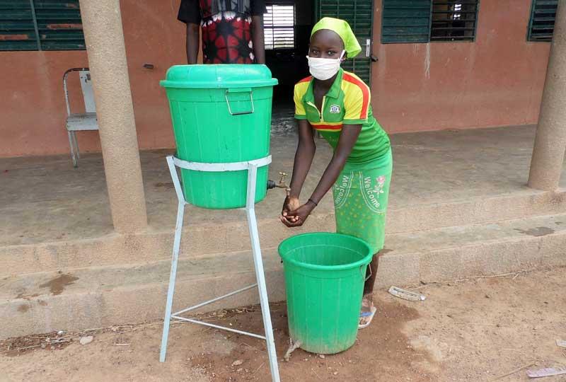 Geste barrière anti-covid au Burkina Faso : lavage des mains systématique