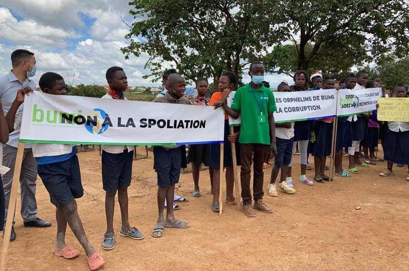 Marche pacifique des orphelins de Bumi pour protester contre la destruction de leur école et la spoliation des biens de l'ONG Bumi