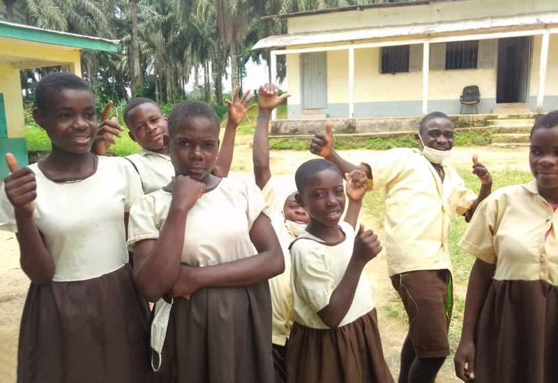 Jeunes Pygmées Bagyeli futurs lycéens admis au concours d'entrée en 6ème à Bipindi