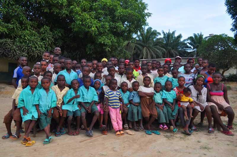 Photo de famille des enfants Pygmées Bagyeli scolarisés au Fondaf de Bipindi au Cameroun
