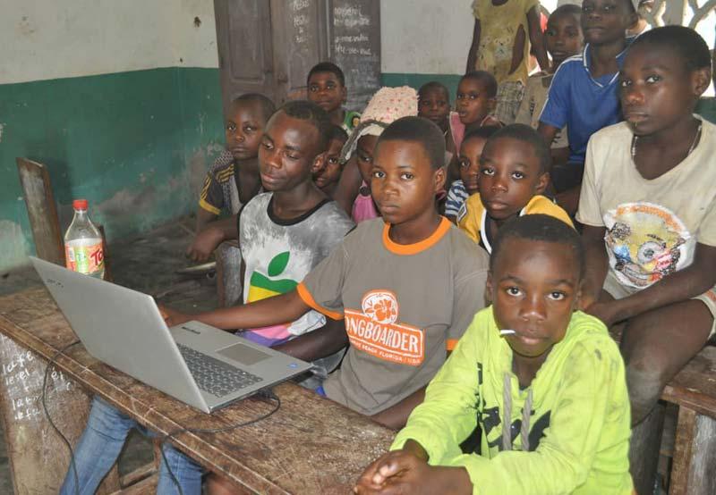 Jeunes Pygmées Bagyeli étudiant dans la salle informatique du Fondaf  de Bipindi au Cameroun