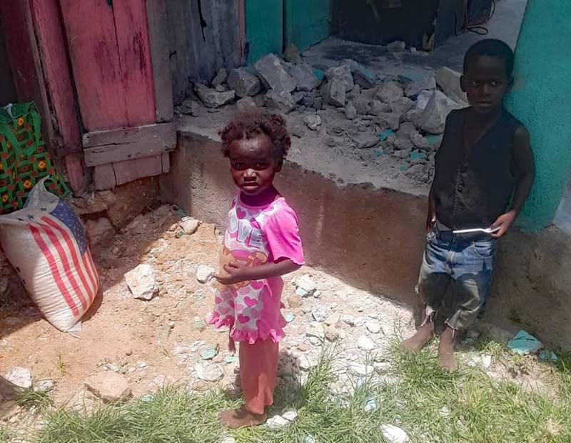Aide alimentaire apportée aux enfants victimes du séisme en Haïti