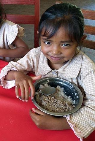 Un repas gratuit et copieux est servi chaque jour à la cantine de l'école Akany Aina à Madagascar
